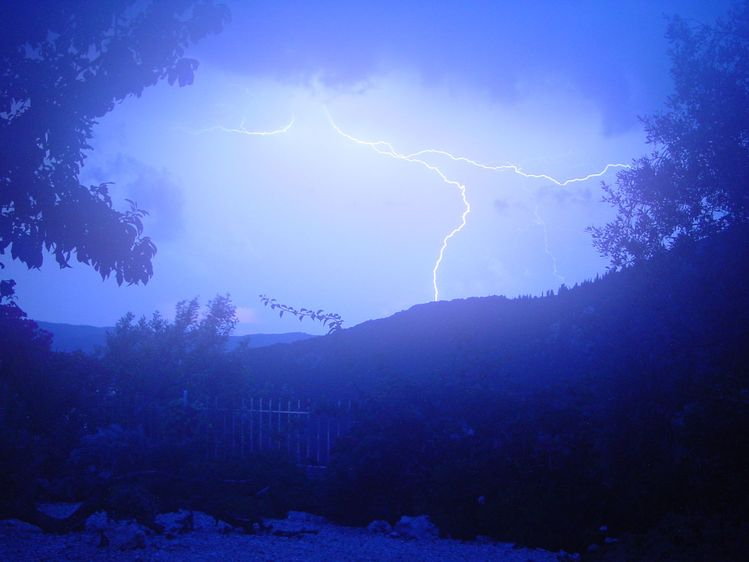 """Remember: """"When thunder roars, get indoors."""" (Image from Wikipedia. By Yintan - Own work, CC BY 4.0, https://en.wikipedia.org/w/index.php?curid=52972095)"""